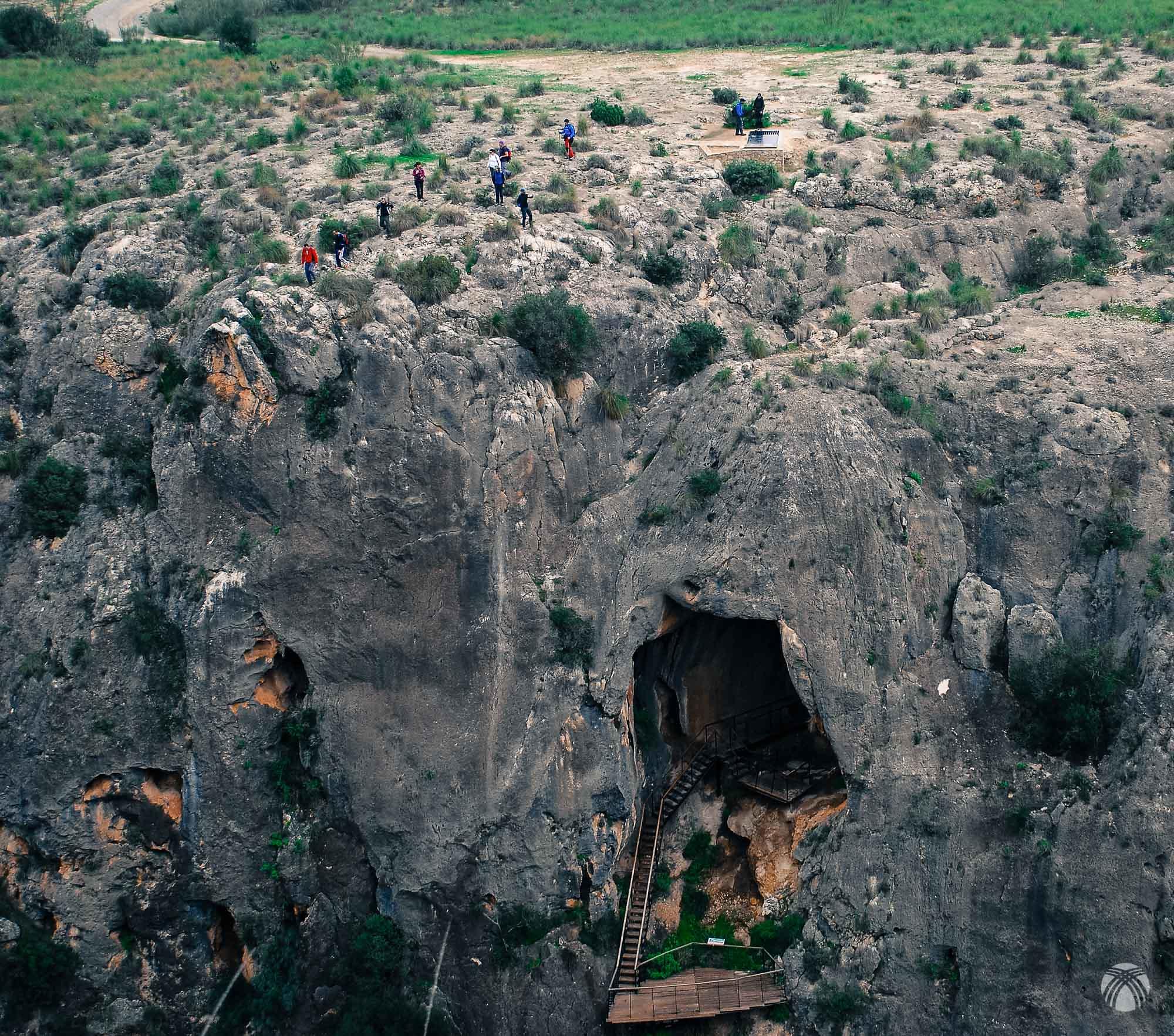 Perspectiva frontal de la Cueva de la Serreta