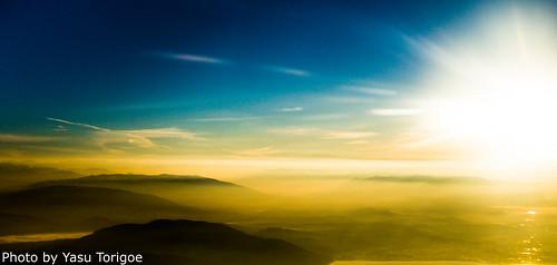 sunriseviewovercoastalwashingtonstatewhichisjustvisible bellingham washington unitedstates us sunriseviewovercoastalwashingtonstatewhichisjustvisibleoverthemorningfogairplaneviewtakenfrombellinghamwashingtonusa