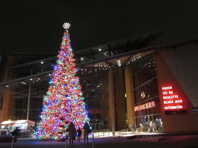 Christbaum und Spielbank (Weihnachtsmarkt am Potsdamer Platz in Berlin)