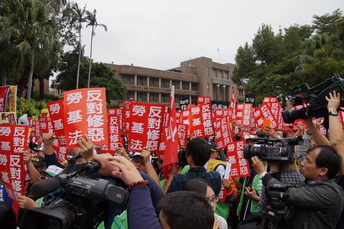 圖05本會發動幹部至行政院參加抗議勞基法修惡活動1061109