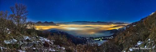 Paysage panoramique de nuit en pose longue, mer de nuage sur l'agglomération de Grenoble