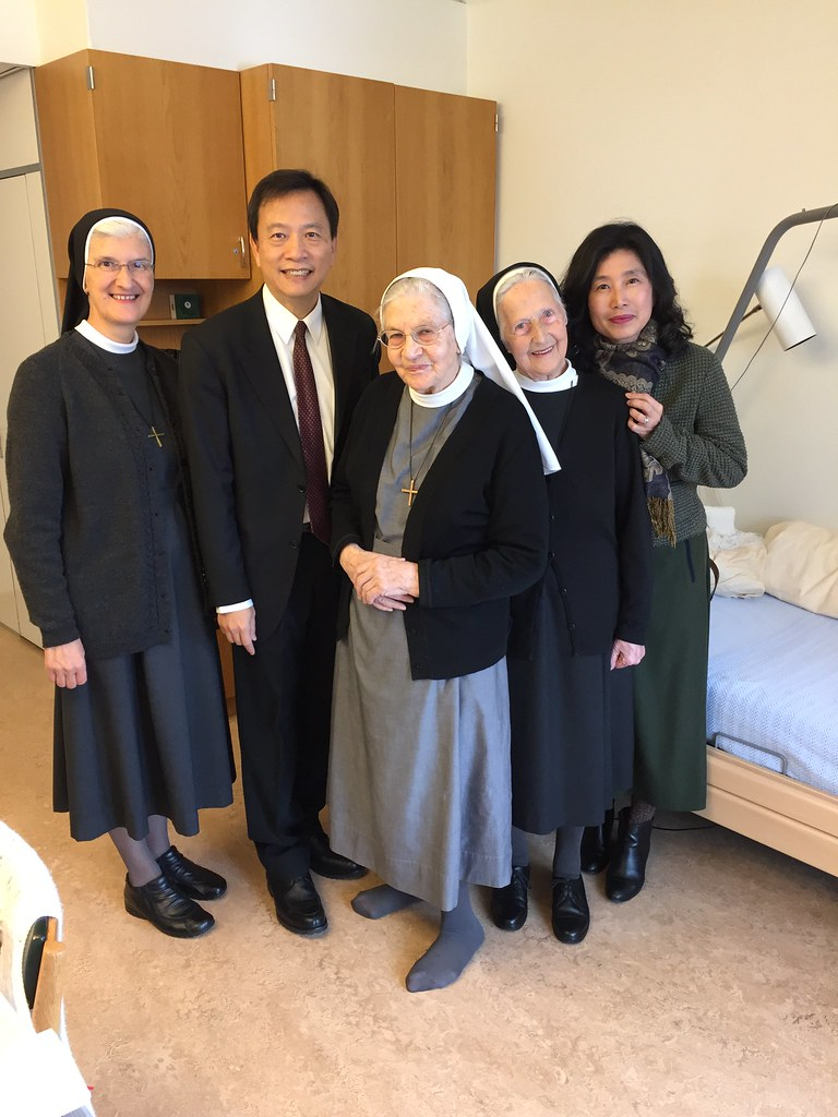 歐洲-瑞士-1061220 駐瑞士代表處谷代表夫婦赴「聖十字架慈愛修女會」探訪曾在臺服務修女 谷代表夫婦與葛修女(右3)及石修女(右2)合影