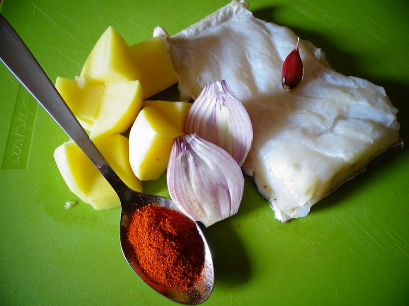 Baccalà, con patate del romito e polvere rossa.