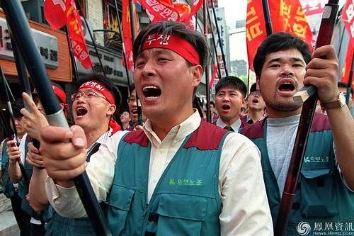 圖04.韓國工會聯合會的成員在首爾遊行抗議政府的經濟政策要求停止裁員