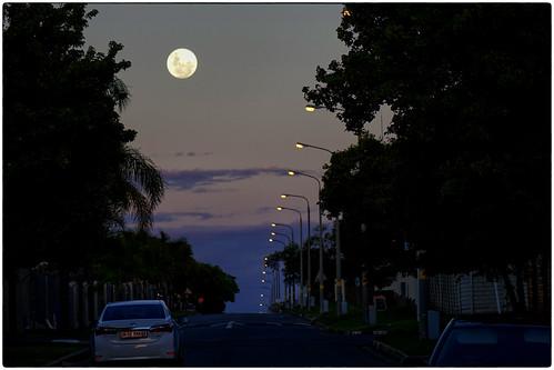 moon fullmoon edenvale wagenaarroad sony rx10 ekhuruleni eastrand cybershot bridgecamera streetlights suburban