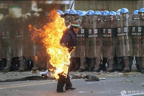 圖01.韓國蔚山現代汽車公司的員工自焚抗議政府出台的新勞動法