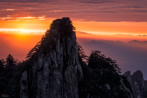 morningmist autumn seaofclouds anhuiprovince landscape silhouette colorfulsky backlight huangshannationalpark mountains sunrise rimlight granitepeaks dwarfpines china yellowmountains huangshanshi anhuisheng cn