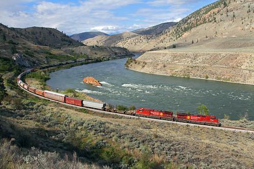 canadianpacific cp manifestfreight freighttrain curve thompsonriver spencesbridge britishcolumbia bc thompsonrivercanyon ge ac4400cw 9739 locomotive