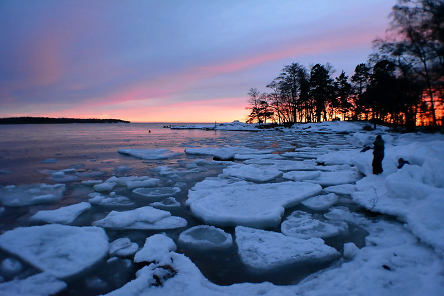 Blue hour on the seashore (Lauttasaari, Helsinki, 20170106)