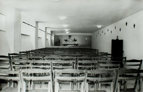 El semisótano está terminado [1] - Bancos, sillas y un altar provisional. Todo dispuesto para la bendición y el traslado del Santísimo Sacramento.