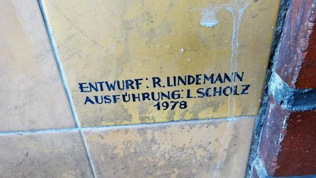 1978 Berlin-O. Künstlersignet Mensch und Natur Keramikmalerei auf Fliesen von Rolf Lindemann Schwimmbad Sewanstraße 229 im Hans-Loch-Viertel in 10319 Friedrichsfelde