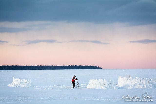 Pêche blanche, l'homme à la perceuse à glace