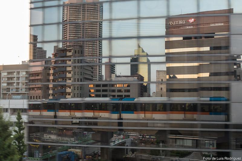 Reflejos del monorraíl de Tokio en dirección al aeropuerto de Haneda