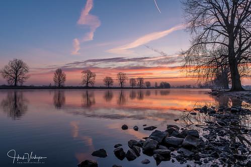 grave maas nl nederland netherlands blauw cold frost koud nevel oranje rivier rood vriezen noordbrabant sunrise
