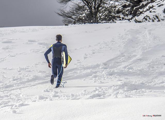 En busca de la ola perfecta corriendo en la nieve