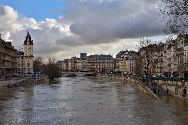 Paris / Flood of the Seine /  Vue depuis le Pont Neuf