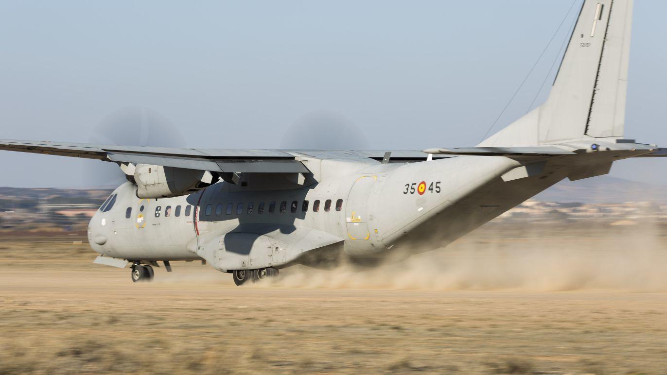 C-295 del Ala 35 en una pista de tierra