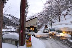 湯倉温泉共同浴場 湯倉入口で代行バスを降りて徒歩5分ちょい 熊出没注意の看板が出ているが、冬季は積雪・凍結しているため足元に注意