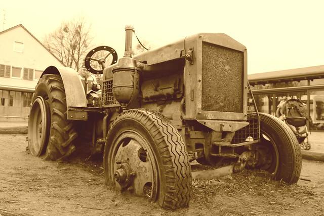 Alter Traktor auf dem Spielplatz der Domäne Dahlem