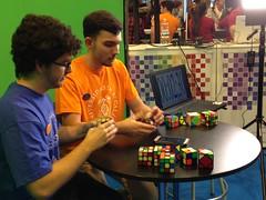 Estudiantes de la UAH batiendo records con los cubos de rubik