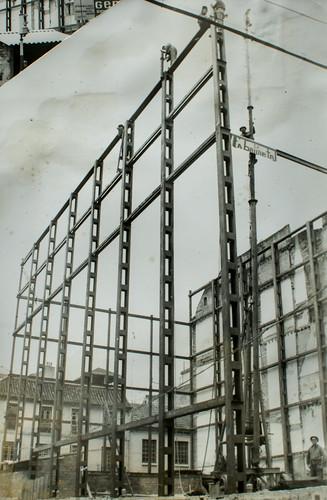 9 de febrero de 1963 [2] - La estructura va creciendo y tomando forma. Los pilares han alcanzado su altura.