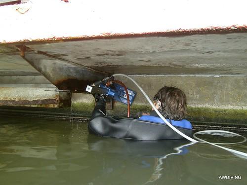 Onder water boren of op de waterlijn voor meer info www.awdiving.nl