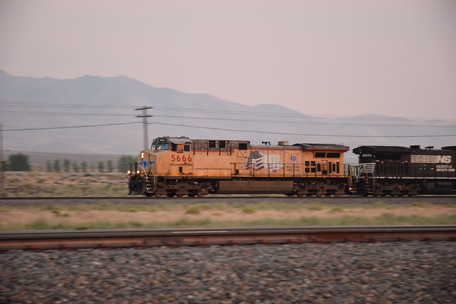 UP 5666 north of Winnemucca after sunset