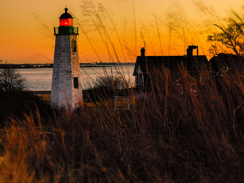 oldpointcomfortlighthouse lighthouse hamptonroads hampton virginia historic fortmonroe geotagged travel fort chesapeakebay navigation canon ef2470mm chesapeakebaylighthouses color winter 2018 red light signal