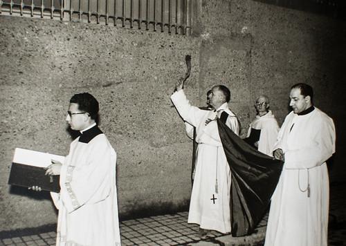 25 de marzo de 1965 - Día de la inauguración [4] - Las paredes se asperjan con ramas de tomillo en la ceremonia sagrada.