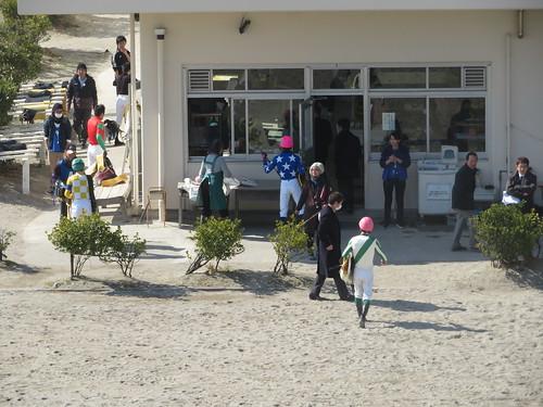 船橋競馬場の検量室に入る騎手たち