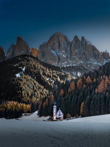 villnös trentinoaltoadige italien it italy landscape nature church dolomiti trecime dreizinnen dolomiten mountains berge bäume tannen fichten wald forest light sky snow winter