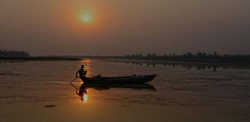fishing rivers rivervalley narmadariver india indigenouspeople indianwildlife water peopleandnature people sunset