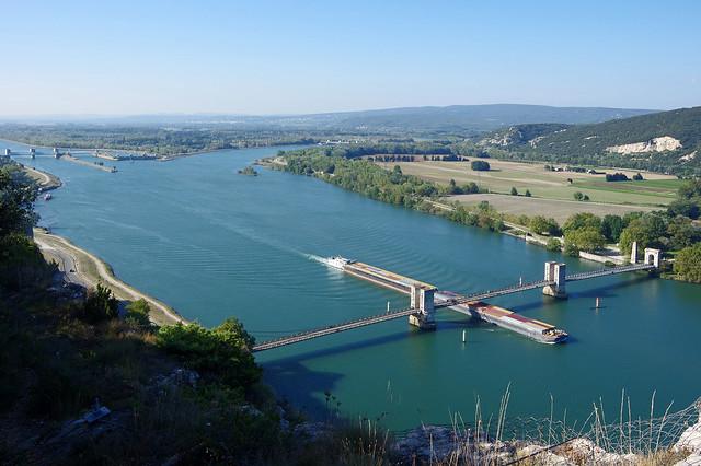 Donzère (Drôme) : le Rhône et le pont du Robinet