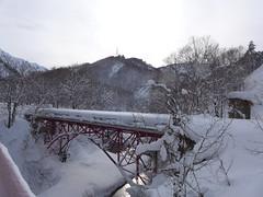 冬の六十里越 列車は走るが道路は雪に閉ざされる