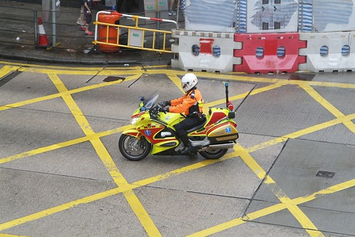 Motorcycle paramedic speeds down the wrong side of Nathan Road