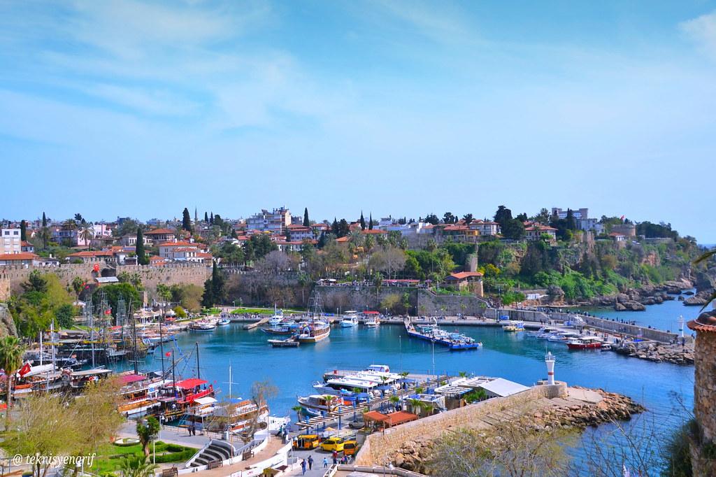 Antalya Kaleiçi - Yat Limanı Antalya Kaleiçi semti antik çağ kalıntıları içeren önemli bir turizm noktasıdır. Bu kalıntılar bölgeyi çevreleyen surlar ve iç limanda yer alan liman mendireğinin bir kısmıdır. Bölgeyi içten ve dıştan saran Surlar, Helenistik,