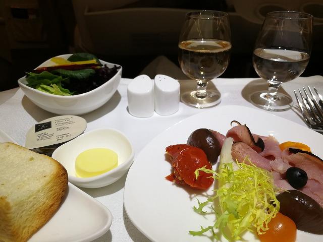 <p>a)洋食の前菜とまたまたシャンパン</p>