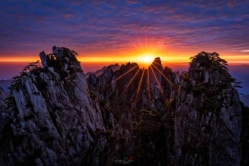 autumn huangshannationalpark dwarfpines colorfulsky sunrise starburst seaofclouds landscape granitepeaks anhuiprovince china yellowmountains huangshanshi anhuisheng cn