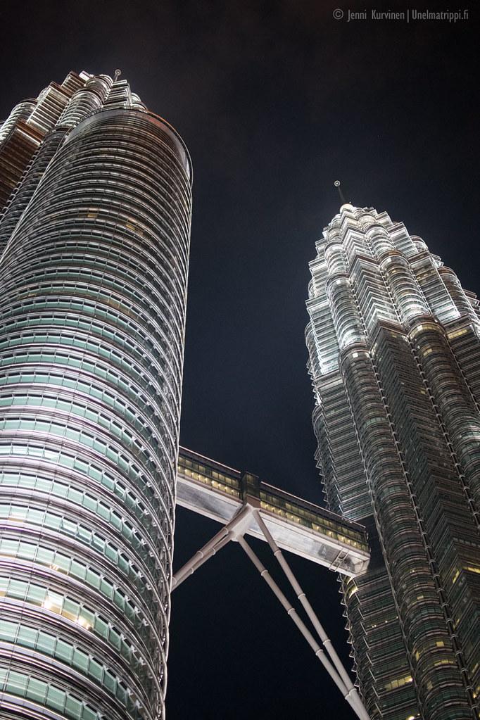 Petronas Towerit iltavalaistuksessa