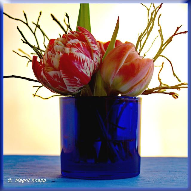 Blaue Vase mit Tulpen