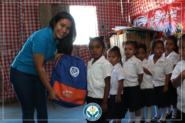 Entregamos mochilas con útiles escolares