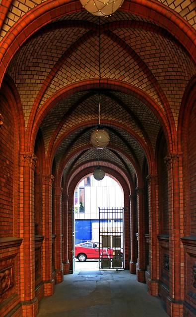 Die Toreinfahrt des ehemaligen Rektorenhauses in der Weinmeisterstraße