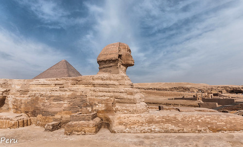 estatua piedra stone guizeh faraon rey desgaste erosion arena desierto desert sand piramide cielo sky nubes clouds guiza elcairo egipto