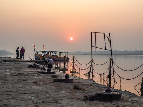birgittemadhyapradesh20181lr ghat ahilyabai ghats ahilyabaighat india madhya pradesh madhyapradesh maheshwar narmada river holy ahilya sunrise fence