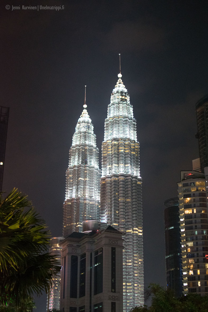 Petronas Towerit pimeässä