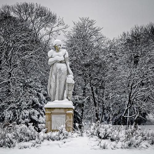 europe france iledefrance hautsdeseine 500x500 rueilmalmaison parc parcdelamalmaison statue arbre neige