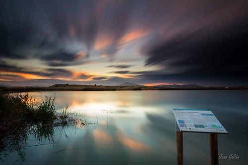 atardecer water paisaje puestadesol agua landscape largaexposición longexposure laguna humedal noche naturaleza nature nubes canon60d tokina murcia españa