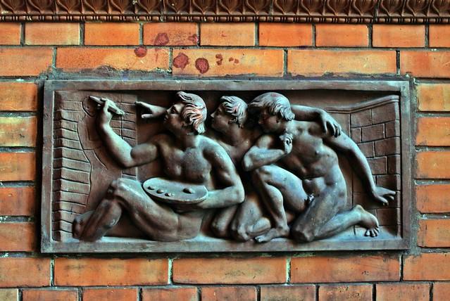 Plakette 1 in der Toreinfahrt des ehemaligen Rektorenhauses in der Weinmeisterstraße
