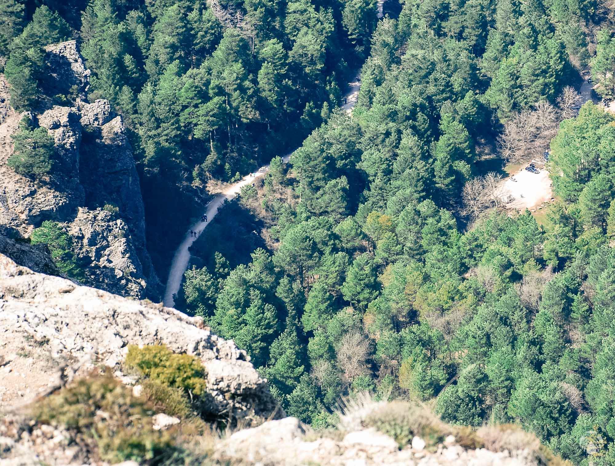El personal visitando los Chorros casi 400 metros más abajo