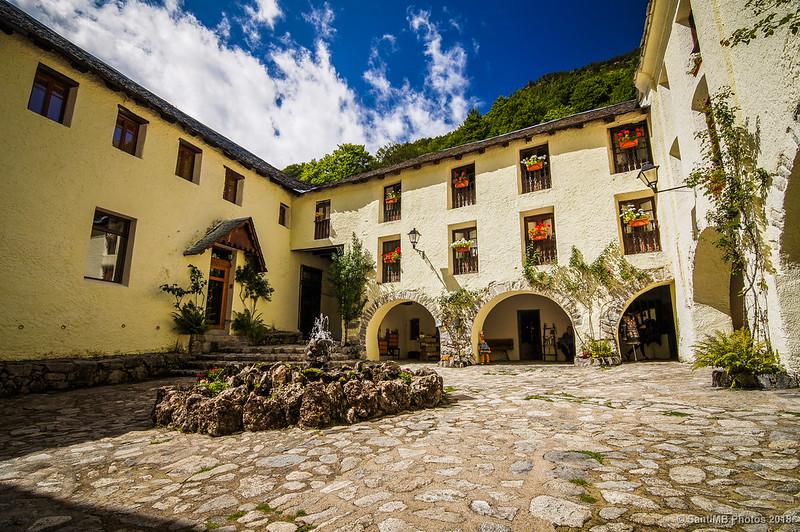 Patio del Hotel Caldes con la Font de les Termes Romanes